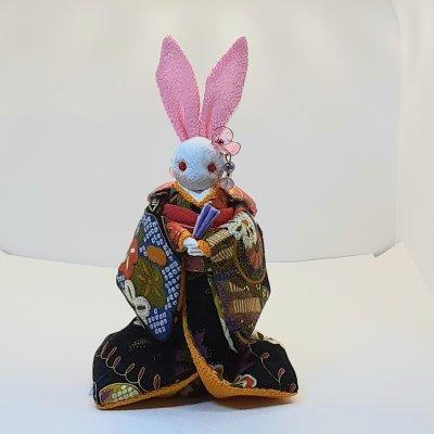 黒い着物のかわいいウサギ人形