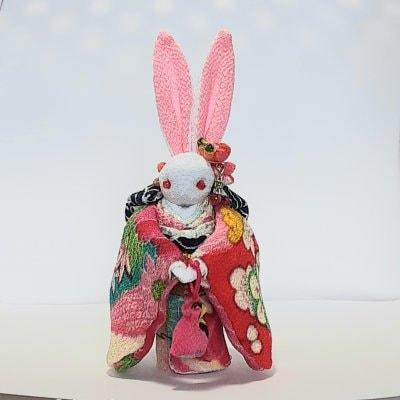 赤と桃色着物のかわいいウサギ人形