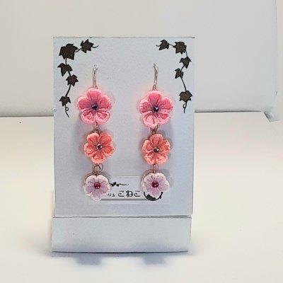 ピンクの花三連のつまみ細工のピアス