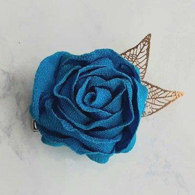 つまみ細工で作った青いバラのコサージュ
