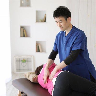 出張整体(初回)腰やひざ、首肩の痛みのケアに。やわらかな徒手刺激で背骨の関節を微調整。背骨を本来の位置に整えることで筋肉の緊張がやわらぎ、痛みなく関節を動かせるようになります。