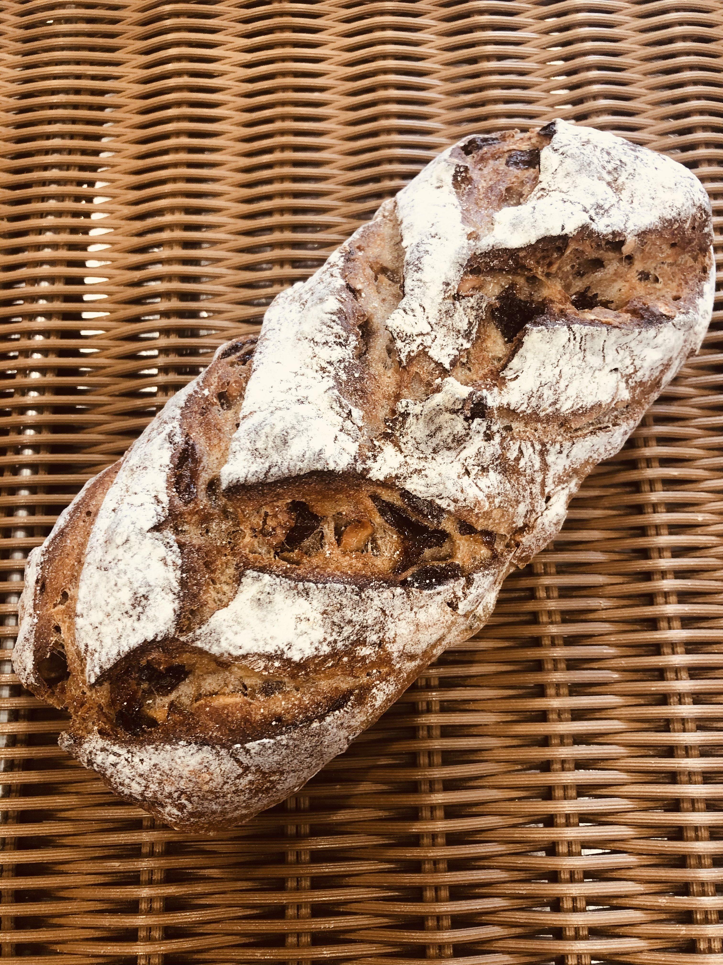 ノアレザン(くるみとラムレーズンをたっぷり練り込んだ田舎パンのイメージその1