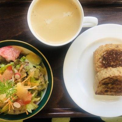 フレンチトーストセット、サラダ、飲み物付き(オーガニックコーヒー、紅茶、ミネラル甘酒の中からおえらびください)