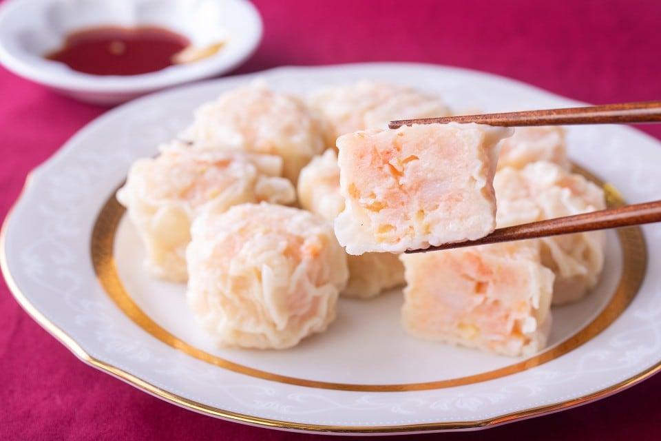 ぷりぷりの食感がたまらない!エビ焼売40g×8個入。新鮮なムキエビをたっぷりと贅沢に使用しています。