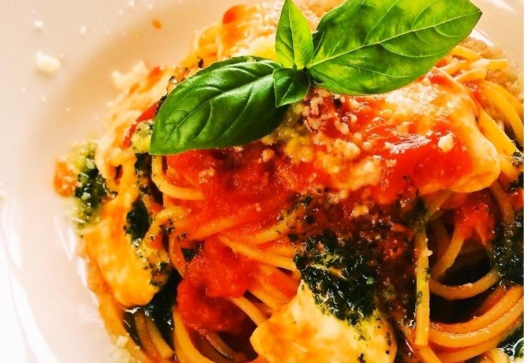 モッツァレラチーズとバジルのトマトソーススパゲッティ