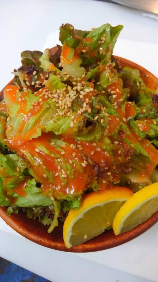 野菜たっぷり!オリジナルドレッシングで食べる韓国風サラダ