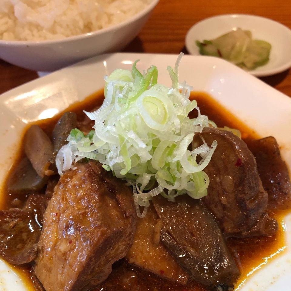 Cセット(牛もつ味噌煮込みとライスと漬物)