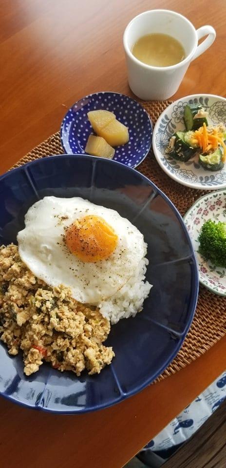 ガパオライス(鶏ひき肉のバジル炒めのせご飯)