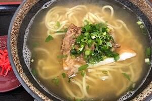 宮古島にある鶏出汁宮古そばを味わえるお店中休味商店 まっちゃんおばぁの宮古そば