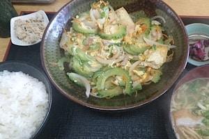 宮古島にある鶏出汁宮古そばを味わえるお店中休味商店 ナカヤスミ商店 ゴーヤチャンプル定食