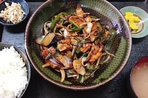 宮古島にある鶏出汁宮古そばを味わえるお店中休味商店 ナカヤスミ商店 茄子味噌炒め定食