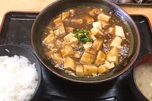 宮古島にある鶏出汁宮古そばを味わえるお店中休味商店 ナカヤスミ商店 麻婆豆腐定食
