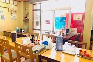 宮古島にある鶏出汁宮古そばを味わえるお店中休味商店 ナカヤスミ商店 内観 席