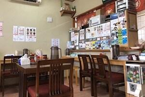 宮古島にある鶏出汁宮古そばを味わえるお店中休味商店 ナカヤスミ商店 内観店内席